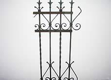 Lack vom Zaun aus Metall entfernt