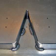 sichtbare Schweißnähte auf den Metallteilen vor dem Entzundern